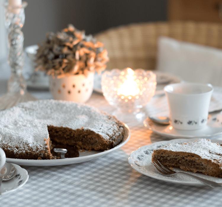 Eine wundervolle Symbiose aus süß und herb ist die feine schweizer Tarte mit aromatisch gerösteten Haselnüssen und Rahm. Das traditionelle Rezpt besticht mit wenigen Zutaten und ist eine schnelle und edle Leckerei fuer die heimische Kaffeetafel