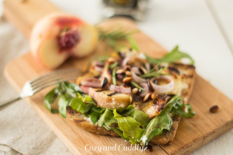 Pfirsich-Balsamico-Toasts mit Cashewfrischkäse und Mazzetti l ...