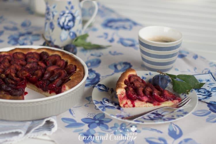 Pflaumenkuchen zum Greengate-Kaffeeklatsch in der Herbstsonne