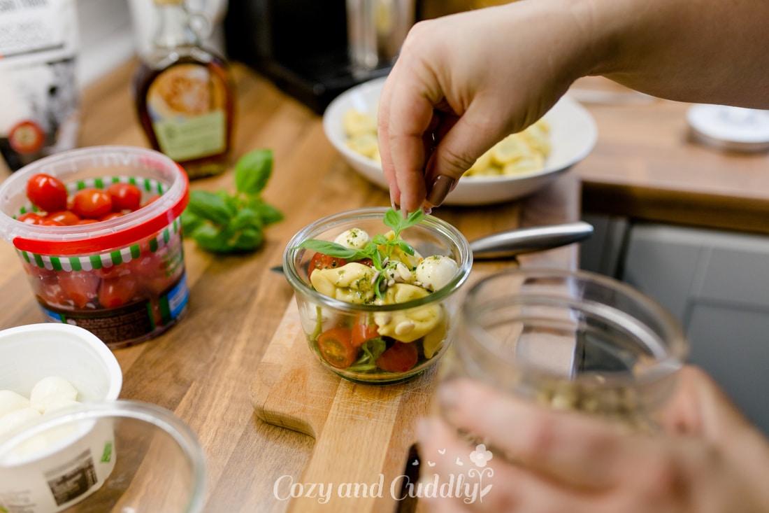 Schneller Tortellini-Salat mit Tomaten und Mozarella -Tipps für ein kuscheliges Indoor-Picknick und Blitz- Rezepte