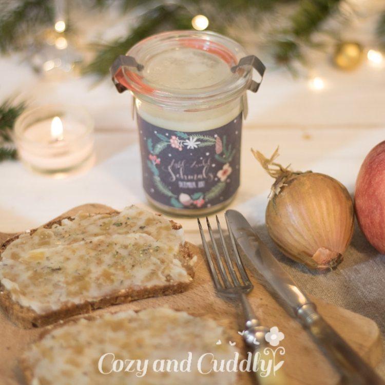 Advent: Rezept für veganes Apfel-Zwiebel-Schmalz mit Etiketten zum Verschenken -Adventskalender Türchen Nr. 6 - cozy and cuddly Adventskalender