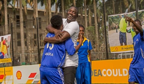Shell and Akon unveil Africa's first player and solar powered football pitch in Lagos. Image Credit: Shell