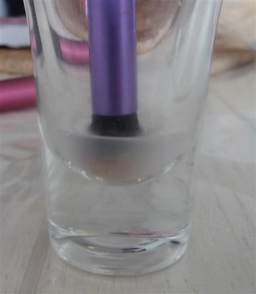 Versez un peu du liquide dans un verre et tremper brièvement le pinceau dedans. Il faut faire court sinon le liquide pourrait remonter jusqu'à la colle qui se trouve dans le pinceau et éventuellement la dissoudre Et ça c'est NO, NO!