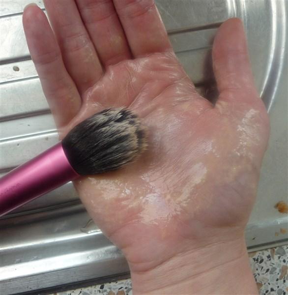 Passez-le un peu sous l'eau et tournez le dans le creux de votre main pour faire mousser le savon.