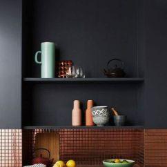 Rustic Kitchen Clock Design India Pictures 深色系高冷范儿8个不走寻常路的厨房 装修图 房产频道 重庆新闻网 深蓝色的厨房透着一股冷酷绅士范儿 一瞬间就被迷倒了 如果整个空间全部都用深蓝色 可能会显得有些压抑 但有了白色的墙砖 一切都大不一样了