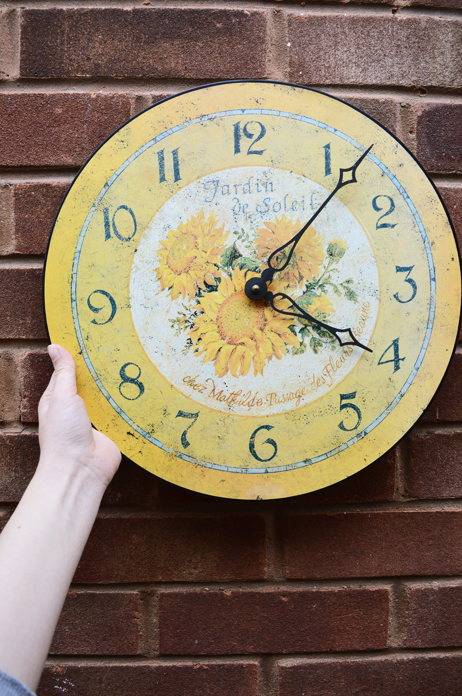 DIY modern wall clock makeover craftingfingers.co.uk #RustOleum #upcycling