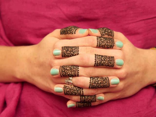 henna mehndi fingers