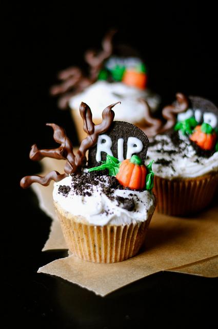 Halloween graveyard cupcakes