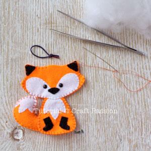 Costurar ornamento de raposa de feltro