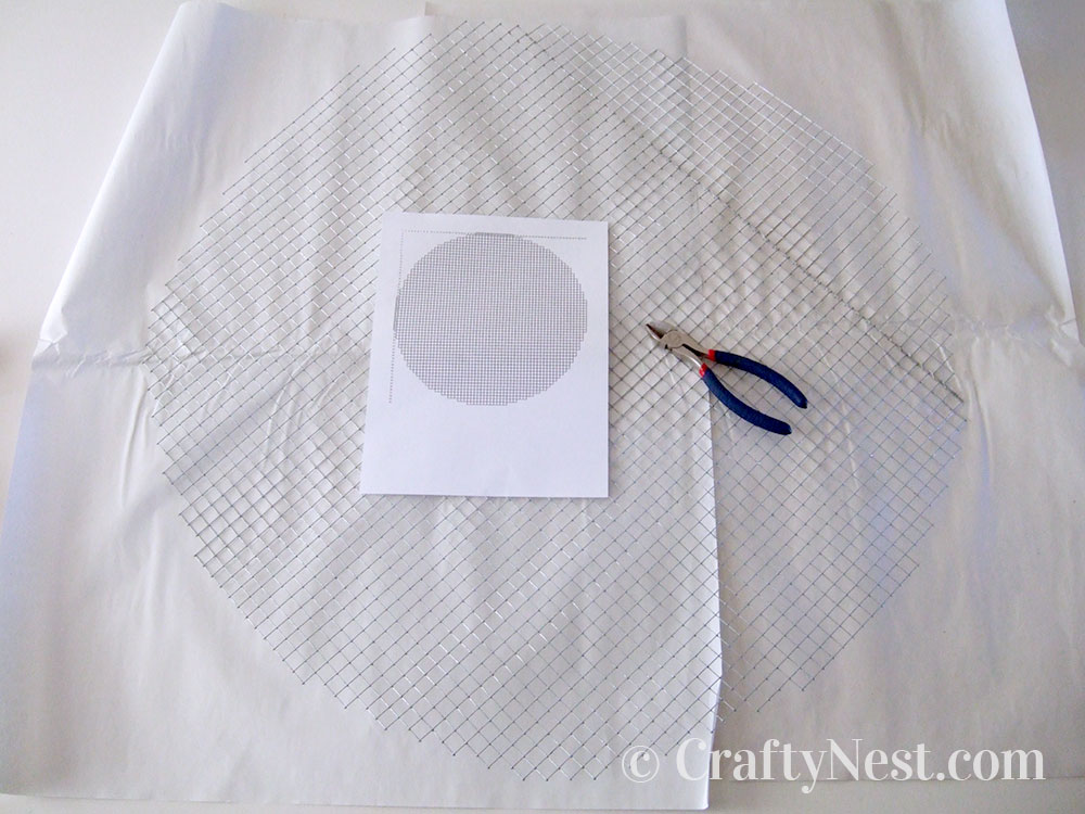 Cut the hardware mesh into a circle, photo