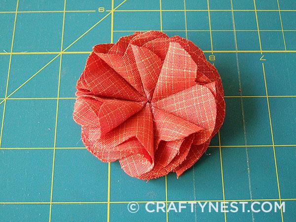 Fold and glue the eighth petal, photo