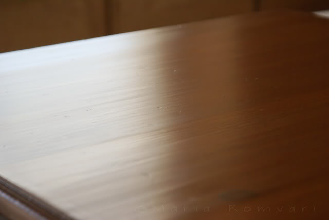 Apply polyurethane to the tabletop, photo