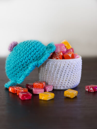Amigurumi cupcake container free crochet pattern. Easy to follow  step by step instructions with photos. Make a cute amigurumi cupcake to hide little treasures.