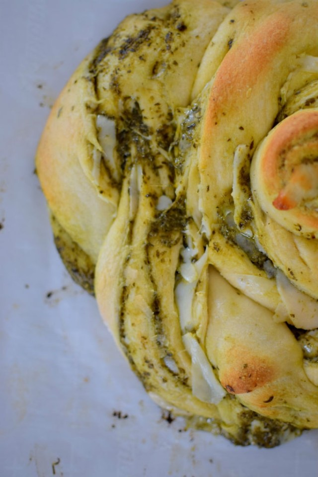 parmesan-pesto-pinwheel-pastry-wreath-042