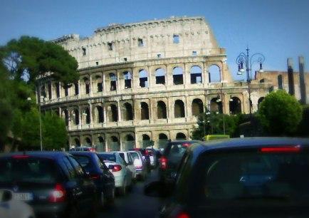 Traffico sotto al Colosseo...
