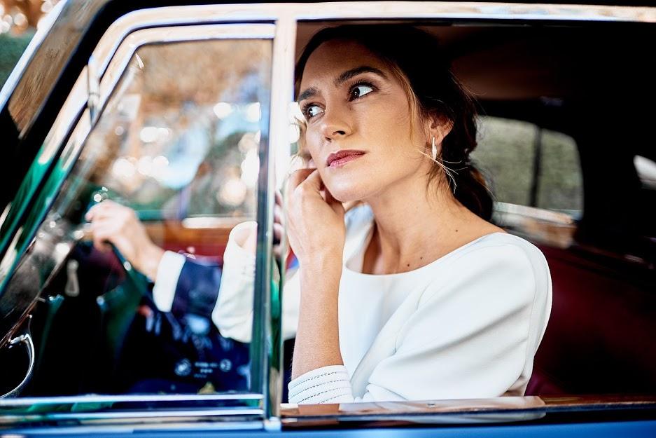 Novia en el coche nupcial
