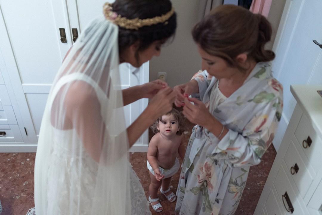 Novia vistiéndose antes de la boda