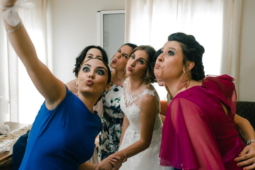 Foto de la novia con las amigas en la boda