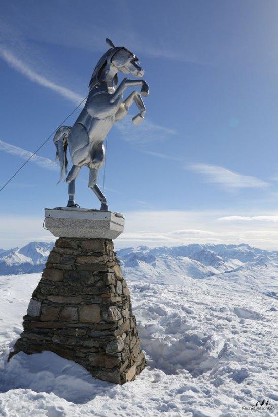 Cheval Noir statue hiver