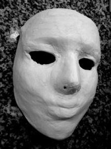Máscara con yeso y lijada