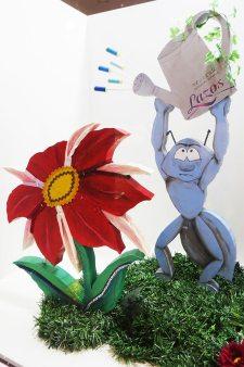 hormiga regando flor