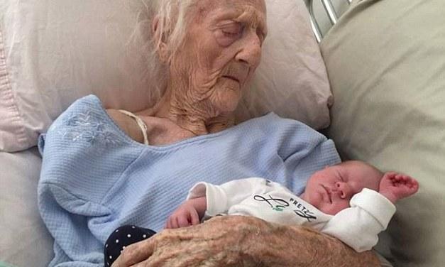 Il primo incontro tra la trisnonna centenaria con la nipotina in braccio