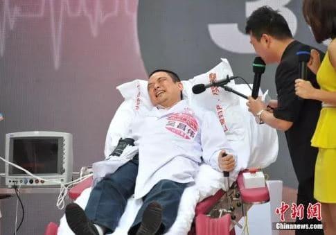 Per la festa della mamma, gli uomini cinesi hanno potuto provare il dolore del parto