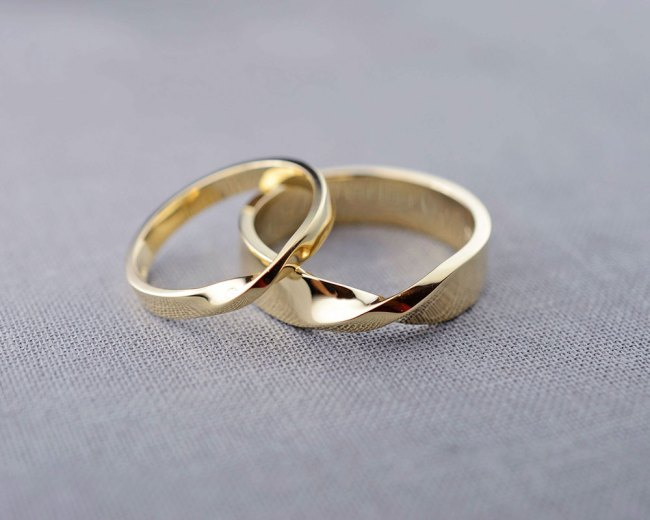 Mobius-wedding-ring-set