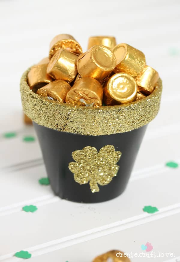Whip up this adorable DIY Pot of Gold for your St. Patrick's Day festivities!  Created by createcraftlove.com for The 36th Avenue! #stpatricksday #DIY #partyfavor #crafts