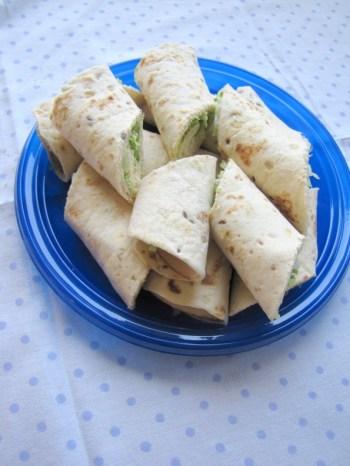Wraps met kipfilet, zuivelspread, bosui, groene paprika en ijsbergsla