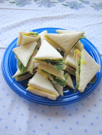 Sandwich met ham, kaas, mosterd en veldsla