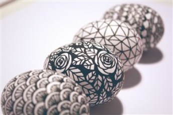 modele alb-negru - 17 modalitati creative de a decora ouale de Paste