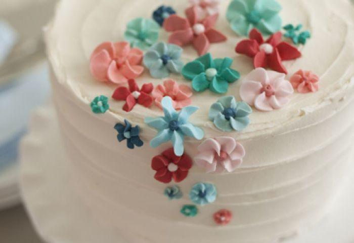 The Wilton Method Of Cake Decorating Easy Royal Icing Flower Cake