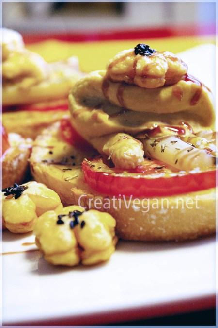 Tapa rústica de espárragos, tomate y hummus con flores de hojaldre