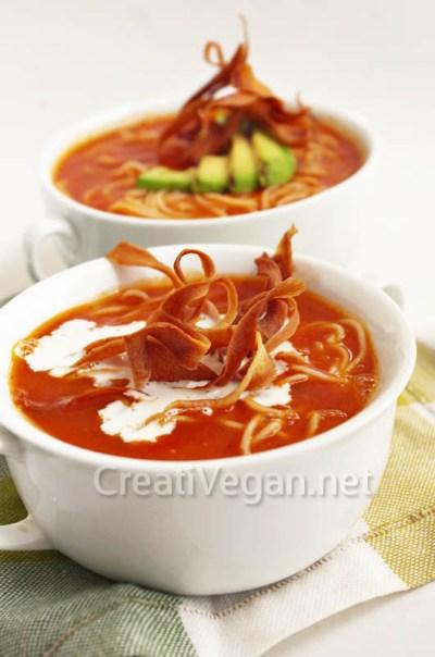 Sopa fría de de tomate con chirivía caramelizada, aguacate a l