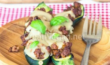 Calabacines rellenos de soja barbacoa y bechamel con queso vegano