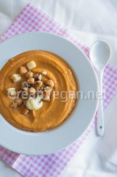Crema de garbanzos y coliflor tostados con tomate y calabacín