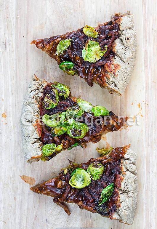 Pizza integral barbacoa con chips de coles de bruselas