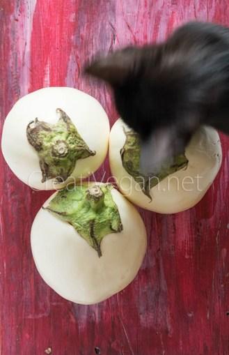Berenjenas blancas y una gatita entrometida - Berenjenas blancas rellenas de arroz negro #Receta en CreatiVegan.net
