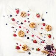 Magdalenas de coco con frutas del bosque y aroma floral