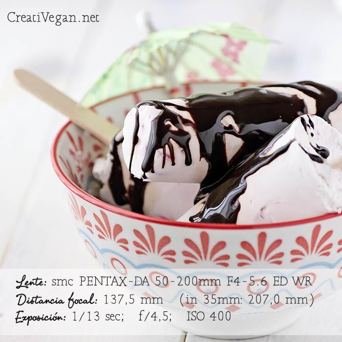 Polos de yogur con arándanos y frambuesas y un chorro de sirope de chocolate- CreatiVegan.net