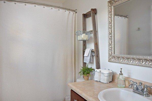 rustic-ladder-bathroom-decor