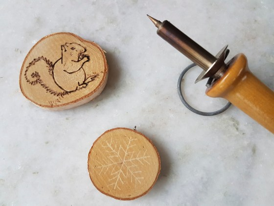 a photo of a pyrography pen and wood