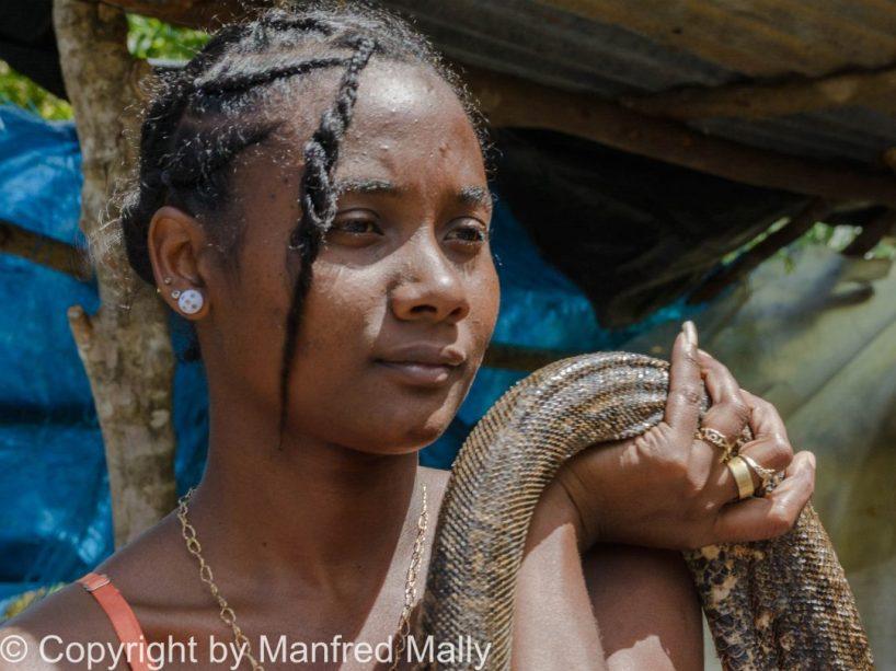 Schlangenfrau Halt eine Python in der Hand