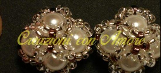 orecchini a lobo con perle bianche