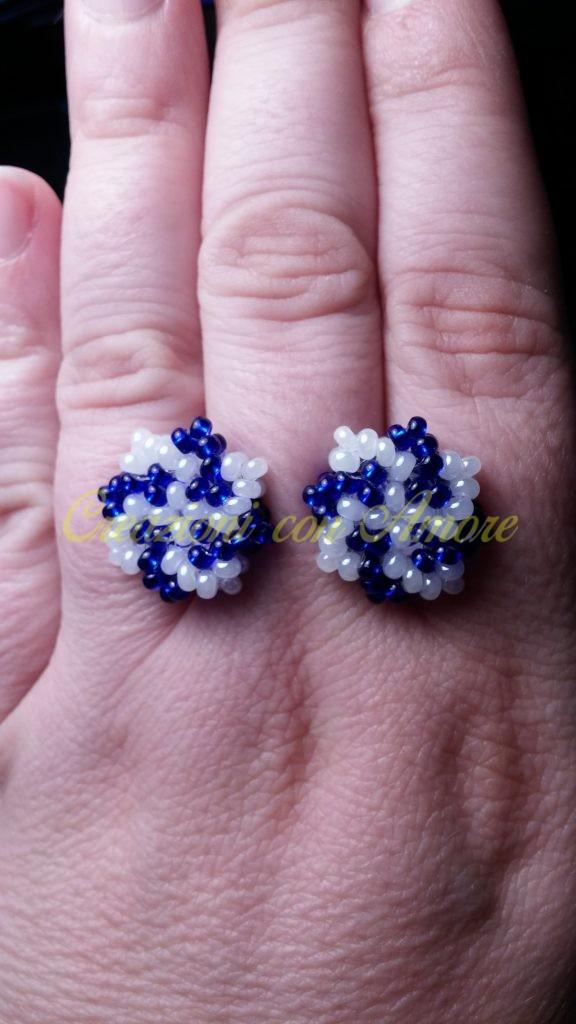 orecchini a lobo con perline bianche e blu