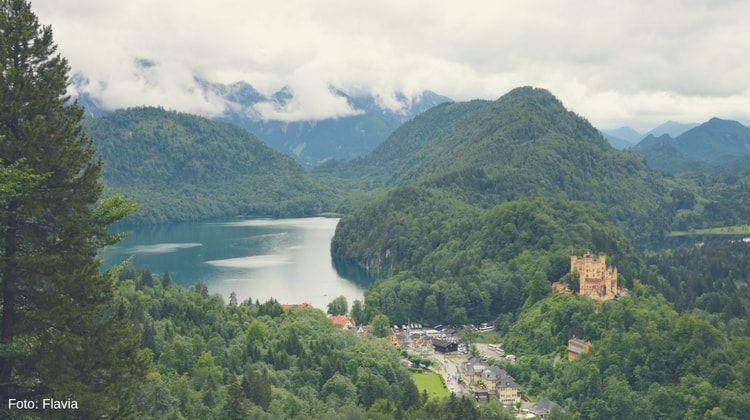 vistas del castillo de hohenschwangau y el alpsee