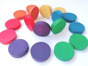 monedas de madera arcoiris creciendo y criando