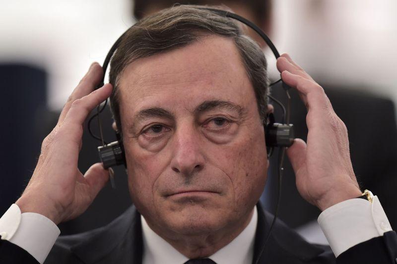 O BCE, liderado por Mario Draghi, usa o melhor rating disponível entre S&P, Moody's, Fitch e DBRS. O rating acima de lixo da DBRS é o único que vale a Portugal. E assim deverá continuar a ser nos próximos tempos. (Foto: PATRICK HERTZOG/AFP/Getty Images)