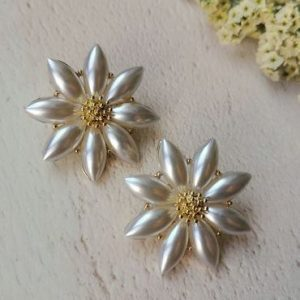 Mother of Pearl Flower Stud Earrings - di detailed 1094 370x500